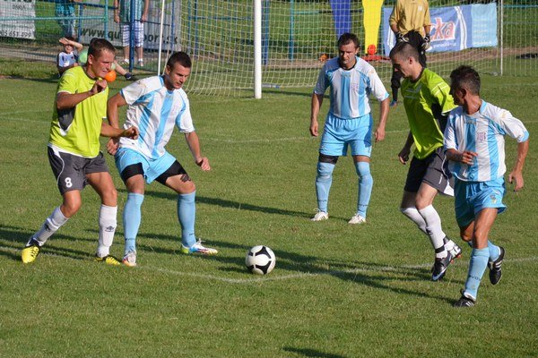 V drese Dolnej Poruby sa výborne uviedol novic Jozef Vlado (druhý zľava).