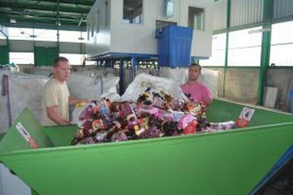 Medzi plastovými fľašami našli aj polovicu uhynutého prasaťa.