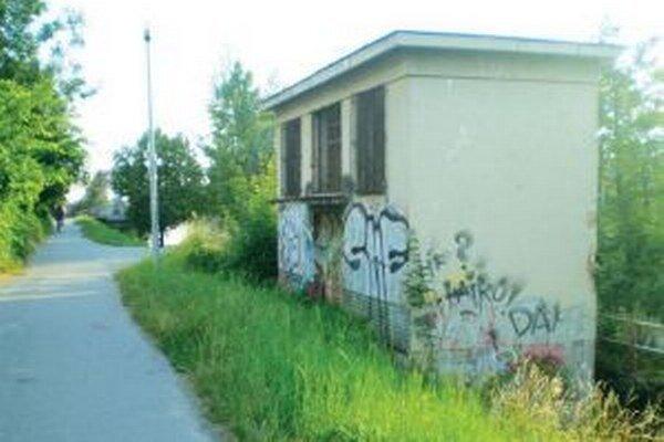 Návrh počíta s asanáciou starej budovy.