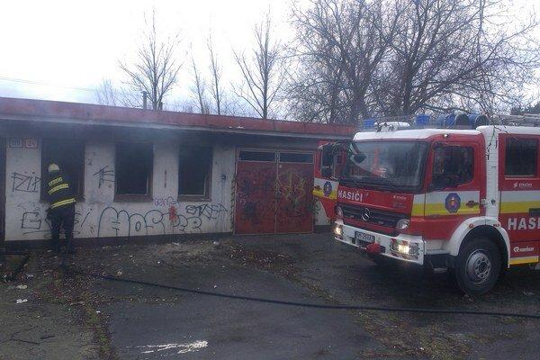 V úkryte bezdomovcov zasahujú hasiči pravidelne