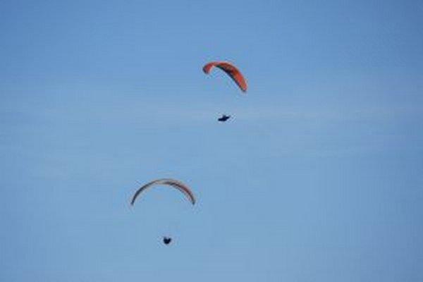 Príjemná zima láka fanúšikov adrenalínu lietať z Hradiska medzi Dolným Srním a Bošácou aj na konci februára a začiatku marca
