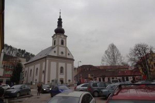 Okolie kostolíka znečisťujú ľudia bez domova.