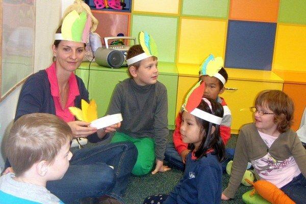 Trenčianska knihovníčka v kruhu svojich malých čitateľov.