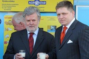 Župan Pavol Sedláček s premiérom Robertom Ficom a mliečny automat.