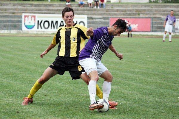 Stankovčan Róbert Šedivý (v žlto-čiernom) v súboji s hráčom Komárna.