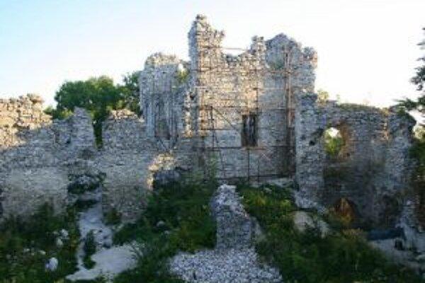 S hradom sa spája i legenda o drakovi.