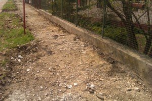 Rozkopaný chodník na frekventovanej ceste.