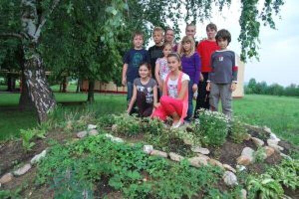 Školáci z Kočoviec pestujú v areáli školy množstvo liečivých byliniek.