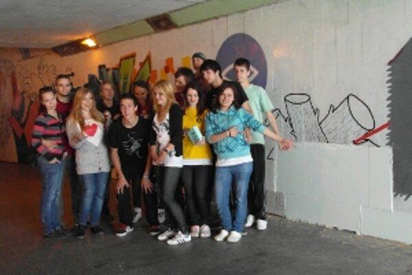 Mladí filantropi opravili zničené graffitti v podchode.