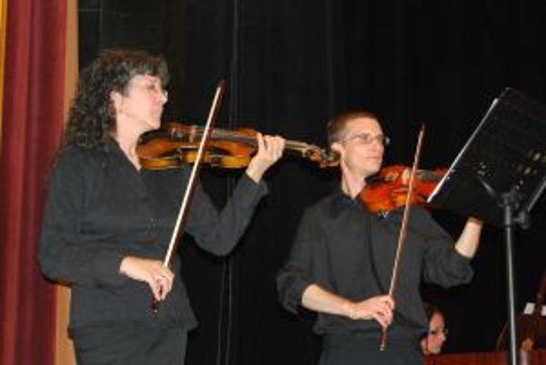 Helena Vrtichová s koncertným majstrom Marekom Chrastinom.