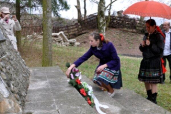 Občania k pamätníku položili venčeky a kvety