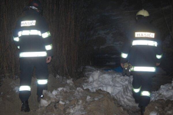 Telo mŕtveho muža museli vysekať z ľadu novomestskí hasiči