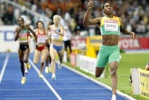 Caster Semenayová (vpravo) získala na atletických MS v Berlíne zlato v behu na 800 metrov.