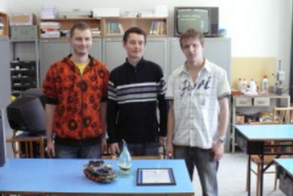 Úspešní študenti SOŠ Stará Turá. Víťazi súťaže ZENIT Patrik Predný - 1. miesto (vľavo) a Juraj Repčík - 2. miesto. Martin Valášek (v strede) získal za svojho robota Cenu predsedu TSK na Výstave Stredoškolák.