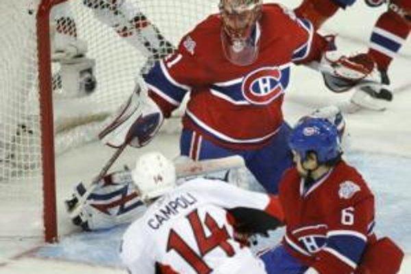 Chris Campoli z Ottawa Senators dáva gól slovenskému brankárovi mužstva Montreal Canadiens Jaroslavovi Halákovi