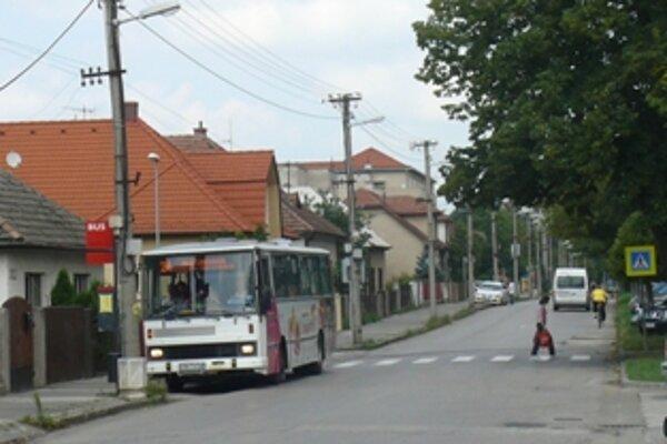 Na nebezpečnosť priechodu pre chodcov na Legionárskej ulici pri Perle upozorňujú Trenčania už od roku 2004