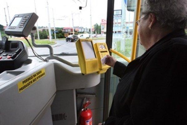 Karty sa v trenčianskych autobusoch už nedajú dobiť hocikedy.