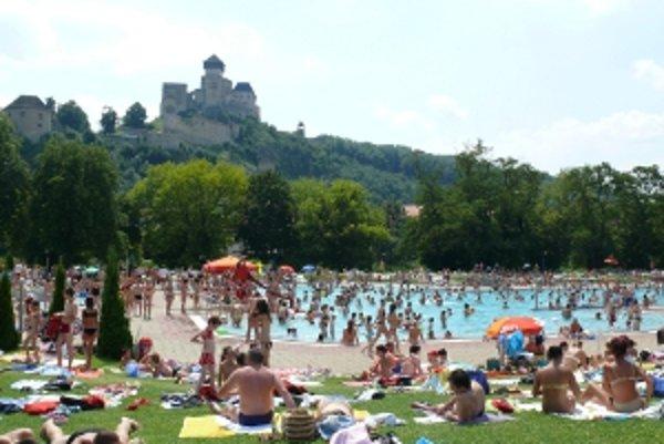 Horúce počasie praje v Trenčíne letnému kúpalisku.