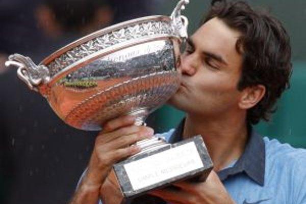 Roger Federer s víťaznou trofejou na Roland Garros.