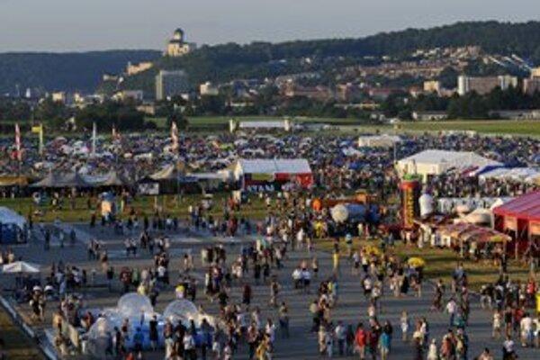 Pohľad z pripútaného teplovzdušného balóna na areál hudobného festivalu Pohoda v sobotu  8. júla.
