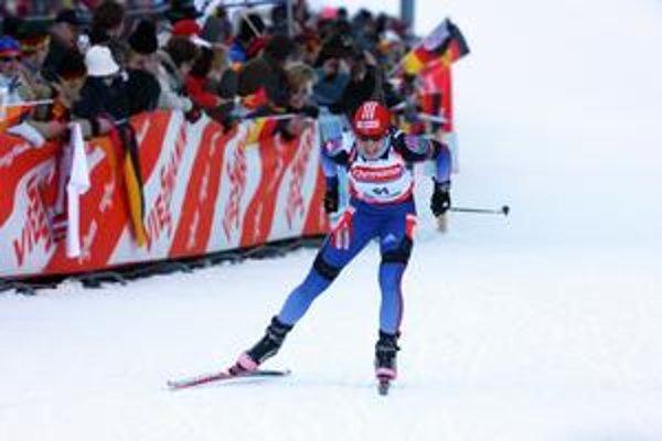 Ruska Svetlana Slepcovová zvíťazila v šprinte na 7,5 km. Je to jej štvrté umiestnenie na stupni víťazov za posledných osem dní.