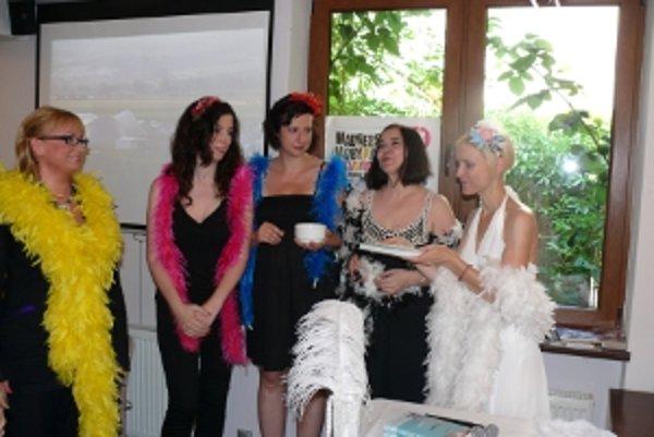 Krstnými mamami boli Oľga Záblacká, Eva Borušovičová, Soňa B. Karvayová, Elena Akácsová a s nimi na foto aj autorka Barbora Kardošová.