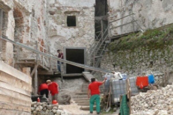 Hrad Uhrovec zachraňuje dvadsať nezamestnaných