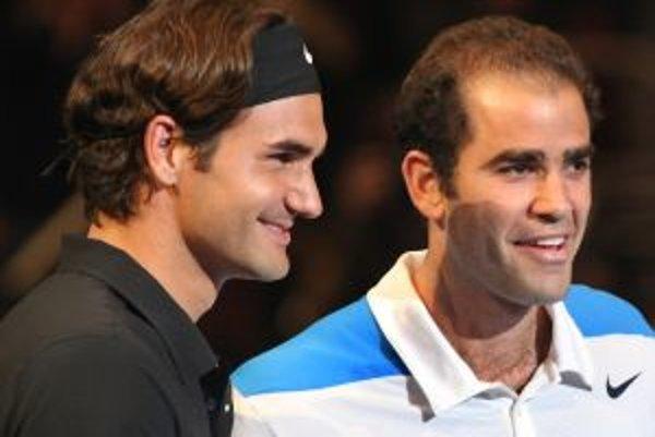 Roger Federer (vľavo) v prípade triumfu na Australian Open vyrovná rekord Peta Samprasa.