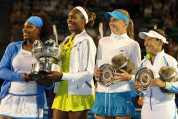 Zľava Serena a Venus Williamsové, Daniela Hantuchová a Ai Sugijamová pi záverečnom vyhlasovaní.