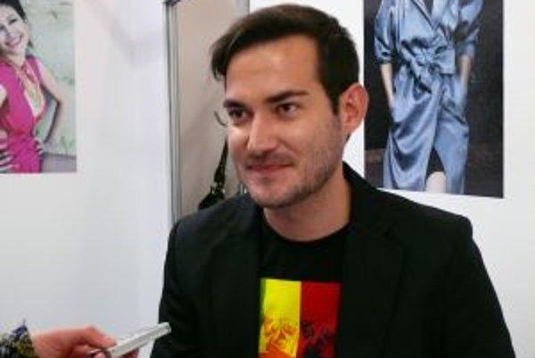 Módny návrhár Lukáš Kimlička sa v súčasnosti venuje viac stylingu a vizážistike.