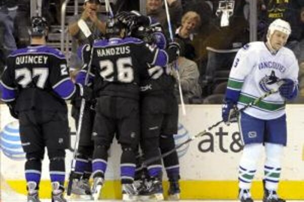 Hráči Los Angeles Kings oslavujú gól obrancu Samiho Sala do bránky Vancouveru Canucks.