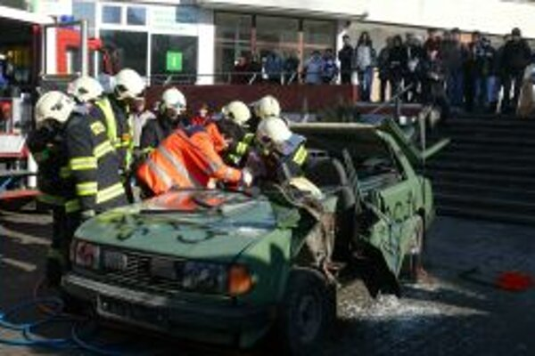 Na oslave Dňa 112 previedli ukážky záchrannej akcie.