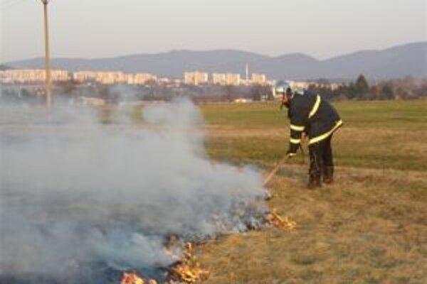 K požiarom v prírodnom prostredí uskutočnili hasiči v kraji počas druhého mesiaca v roku 39 výjazdov.