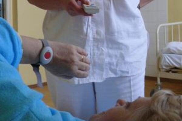 Signalizačný prístroj zatiaľ skúšajú na geriatrickom oddelení trenčianskej nemocnice.
