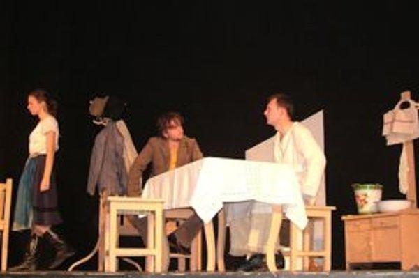 Divadelná hra Trasovisko a jej hviezdy-Zuzana Masárová, Juraj Saukulič a Matej Chlapík (zľava)