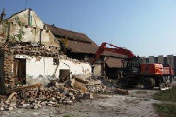 Nebezpečné hospodárske budovy zmizli z areálu školy.