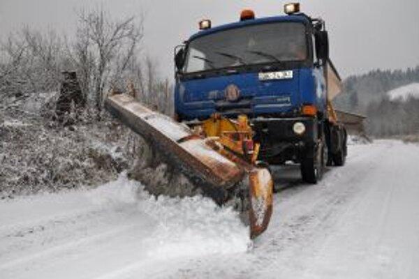 Správa ciest Trenčianskeho samosprávneho kraja zabezpečuje zimnú údržbu 1 500 kilometrov ciest II. a III. triedy a na základe objednávky pre Slovenskú správu ciest udržiava aj 300 kilometrov ciest I. triedy.