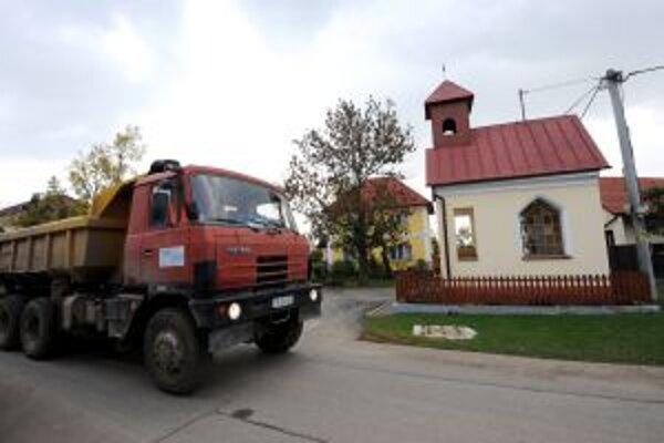 V husto zastavanej časti mesta prejde v priebehu dňa po úzkych cestách viac ako 600 nákladných automobilov.