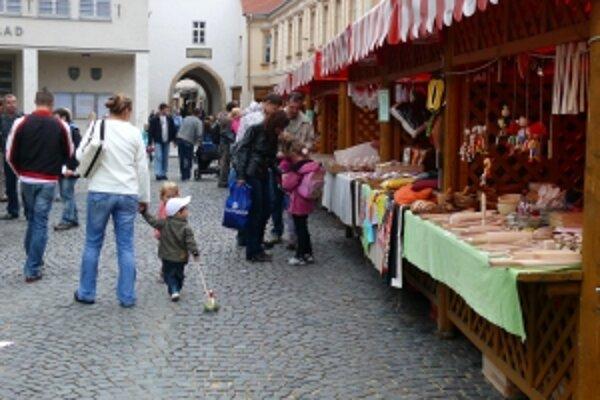 Tradičný jarmok potrvá na Mierovom námestí do nedele.