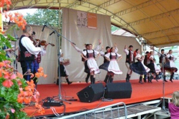 Na pódiu na Mierovom námestí sa počas jarmoku striedali folklórne súbory.