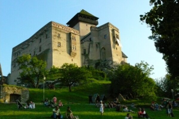 Turisti vyhľadávajú pri návšteva regiónu najmä Trenčiansky hrad.
