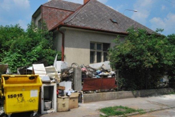 Dom na rohu Moyzesovej ulice sa stal odpadkovým postrachom