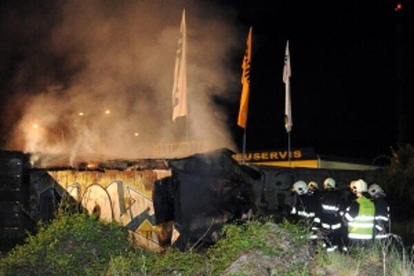 Trenčianski hasiči zasahujú 1. mája pri večernom požiari plechovej garáže v Trenčíne, kde prišla o život jedna osoba, ďalšia utrpela zranenie.