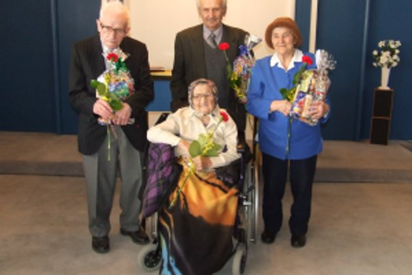 Jubilujúci občania, zľava Ján Jurák, Matej Benko, Mária Janegová a najstaršia občianka obce - 96 ročná Paulína Naďová
