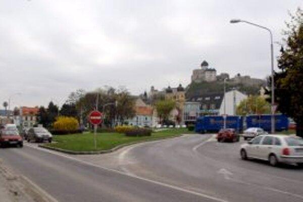 Miesto, kde má stáť v Trenčíne Aupark. Kritici poukazujú aj na to, že budova centra zatieni výhľad na hrad.