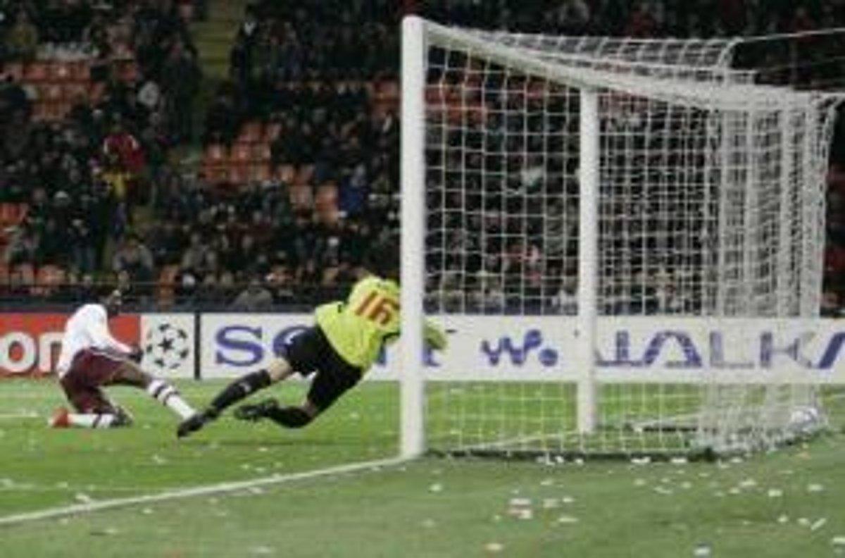 7560f78cce4e6 Útočník Arsenalu Emmanuel Adebayor strieľa druhý gól svojho tímu v zápase  proti AC Miláno.(Zdroj: ČTK)
