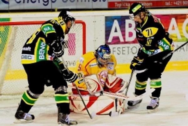 Pred brankárom hosťujúceho Trenčína Tomášom Hiadlovským (uprostred) nakorčuľovala dvojica domácich hokejistov Žiliny Vladimír Nemec (vľavo) a Martin Hájnik (vpravo).