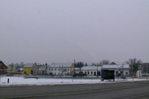 Na mieste Štátnej ľudovej školy v Trenčianskej Teplej sa začína s výstavbou autobusových zastávok.