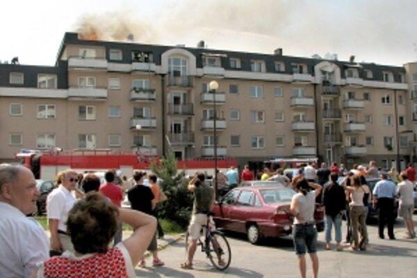 Rozsiahly požiar vypukol v podkroví na Zlatovskej ulici v Trenčíne. Po  dvoch rokoch stál živnostník, ktorý tam robil izolácie pred súdom.