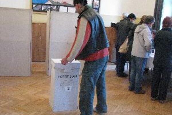 Vo volebnej miestnosti na gymnáziu Ľ. Štúra bolo rušno.